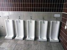 Schließen Sie herauf Reihe Toilettenmannöffentlicher toilette der im Freien Lizenzfreies Stockbild