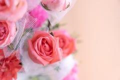 Schließen Sie herauf Rosarosenblumenstrauß mit rosa Hintergrund Stockbilder
