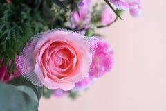 Schließen Sie herauf Rosarosenblumenstrauß mit rosa Hintergrund Stockfotografie