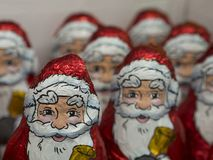 Schließen Sie herauf rote und weiße Milch chocholate Figürchen von Sankt Nikolaus Lizenzfreie Stockbilder