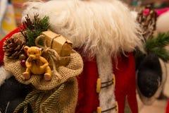 Schließen Sie herauf Sack Geschenke mit Weihnachtsmann Stockbilder