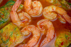 Schließen Sie herauf saure Suppe mit Garnele und Akazie Pennata-Omelett Stockfotografie