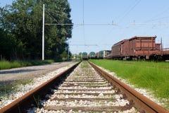 Schließen Sie herauf schmalen Schuss einer Zugholz- und -metallbahn beim Ital Stockbild
