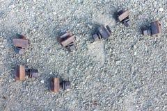 Schließen Sie herauf schmalen Schuss von Eisenbahnmetallverschlüssen aus den Grund in a Stockbild