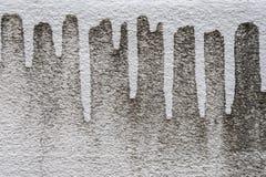 Schließen Sie herauf schmutzige Wand mit Tropfen der Weiß gemalten Farbe lizenzfreies stockfoto