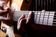 Schließen Sie herauf Schuß eines Mannes, der Gitarre spielt Stockfotografie