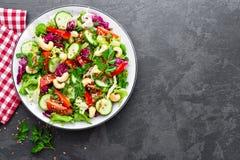 Schließen Sie herauf Schuß Frischer Salat mit Gemüse und Nüssen Gemüsesalat auf Platte Lizenzfreie Stockfotografie