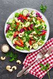 Schließen Sie herauf Schuß Frischer Salat mit Gemüse und Nüssen Gemüsesalat auf Platte Lizenzfreies Stockbild