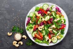 Schließen Sie herauf Schuß Frischer Salat mit Gemüse und Nüssen Gemüsesalat auf Platte Stockfoto