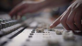 Schließen Sie herauf Schuss der Berufsmusikerhände, Leute schaffen Musik auf dem Mischer mithilfe der Bewegung von stock video