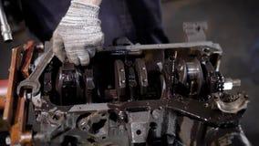 Schließen Sie herauf Schuss der Mann ` s Hände, die in den Handschuhen mit Kraftfahrzeugen funktionieren, Leute reparieren den Ve stock video footage
