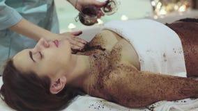 Schließen Sie herauf Schuss der Schale im Badekurort, der exfoliate die Haut hilft stock footage