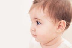 Schließen Sie herauf Schuss des Babys mit blauen Augen Stockbild