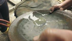 Schließen Sie herauf Schuss des Goldes Digger With eine waschende Platte stock video footage