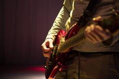 Schließen Sie herauf Schuss des Mannes ein Gitarrenspielen Stockbilder