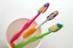 Schließen Sie herauf Schuss des Satzes mehrfarbiger Zahnbürsten im Glas auf Cl Stockbild
