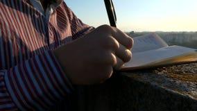 Schließen Sie herauf Schuss des Schreibens bei Sonnenuntergang stock footage