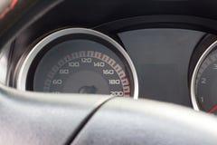 Schließen Sie herauf Schuss eines Geschwindigkeitsmessers in einem Auto Stockbilder