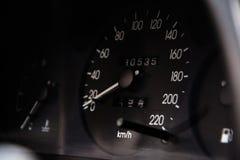Schließen Sie herauf Schuss eines Geschwindigkeitsmessers in einem Auto Stockfotos