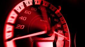 Schließen Sie herauf Schuss eines Geschwindigkeitsmeters in einem Auto mit roter Lichtgeschwindigkeit bei 220 Km/H im Konzeptrenn Stockfoto