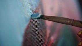 Schließen Sie herauf Schuss eines Malerpinsels mit Ölfarbe, der Künstler schafft ein Bild stock footage