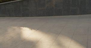 Schließen Sie herauf Schuss eines Skateboardfahrers, der einen Trittleichten schlag im Park tut Langsame Bewegung stock video footage