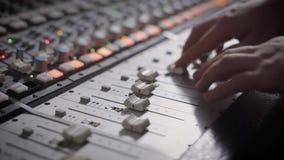 Schließen Sie herauf Schuss von Berufsdj-` s Händen, die mit einem Aufnahmebrett im Studio arbeiten stock video footage