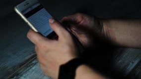 Schließen Sie herauf Schuss von den Mannhänden, die auf seinen intelligenten Telefonnachrichten ansehen stock video