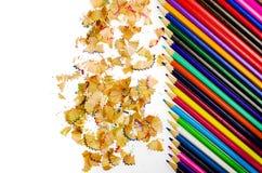 Schließen Sie herauf Schuss von farbigen Bleistiftzeichenstift- und Bleistiftzeichenstiftschnitzeln auf weißem Hintergrund Lizenzfreie Stockfotos