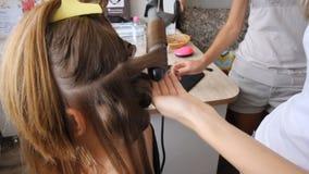 Schließen Sie herauf Schuss von Frau ` s Händen Die Frau, die Fall mit Haarspangen im Weiß hält, bilden Raum stock video