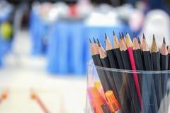 Schließen Sie herauf schwarzen Bleistift im Kasten, hölzerne Bleistiftsammlung Stockfotografie