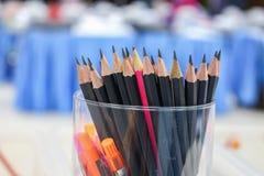Schließen Sie herauf schwarzen Bleistift im Kasten, hölzerne Bleistiftsammlung Lizenzfreie Stockfotografie