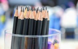 Schließen Sie herauf schwarzen Bleistift im Kasten, hölzerne Bleistiftsammlung Lizenzfreie Stockfotos