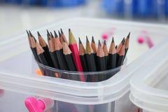 Schließen Sie herauf schwarzen Bleistift im Kasten, hölzerne Bleistiftsammlung Lizenzfreies Stockbild