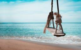 Schließen Sie herauf Seil Schwingen-Planke Bänke für Entspannung auf dem Sand Stockbild