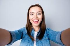 Schließen Sie herauf Selbstporträt des hübschen Mädchens des glücklichen Brunette mit Strahl stockfotos