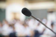 Schließen Sie herauf selektiven Fokus des Mikrofons über dem unscharfen Foto von Co Lizenzfreie Stockbilder