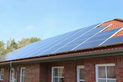 Schließen Sie herauf Solardach auf Stadtwohnung Lizenzfreies Stockfoto