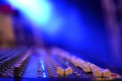 Schließen Sie herauf solides Musikmischerbedienfeld andere perspektivische Verkürzung stockfotografie