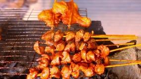 Schließen Sie herauf Stücke Fleisch im Grill an braten stock video