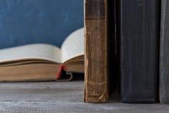 Schließen Sie herauf Stapel alte Bücher auf hölzernem Bücherregal Lizenzfreies Stockbild