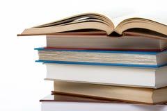 Schließen Sie herauf Stapel Bücher, die auf Weiß getrennt werden. Lizenzfreie Stockbilder