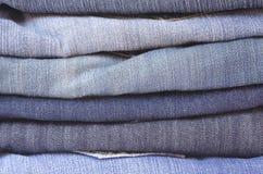 Schließen Sie herauf Stapel gefaltete horizontale Jeans Lizenzfreies Stockfoto