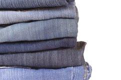 Schließen Sie herauf Stapel gefaltete Jeans auf weißem Hintergrund Lizenzfreie Stockbilder
