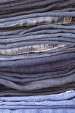 Schließen Sie herauf Stapel gefaltete vertikale Jeans Lizenzfreie Stockbilder