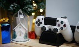 Schließen Sie herauf Steuerknüppel-Spiel-Konsolen-Weihnachtsgeschenk-Dekoration christ lizenzfreie stockfotografie