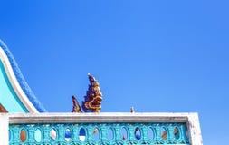 Schließen Sie herauf Stuck König von Nagas, Schlangenskulptur, blauer Himmel des großen Nagahintergrundes lizenzfreies stockfoto