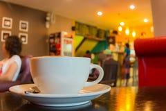Schließen Sie herauf Tasse Kaffee auf Tabelle Lizenzfreie Stockfotos