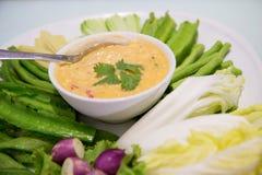 Schließen Sie herauf thailändische Paste mit vielen Art des Gemüses, lokales traditionelles Lebensmittel Stockfoto