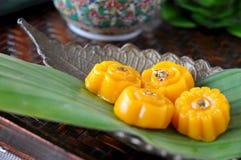 Schließen Sie herauf thailändischen goldenen Nachtisch auf Behälter stockbilder